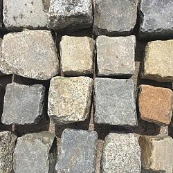 V63, Natuursteen, Gres/Basalt